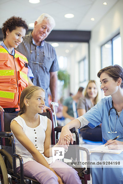 Krankenschwester im Gespräch mit Patientin im Krankenhaus