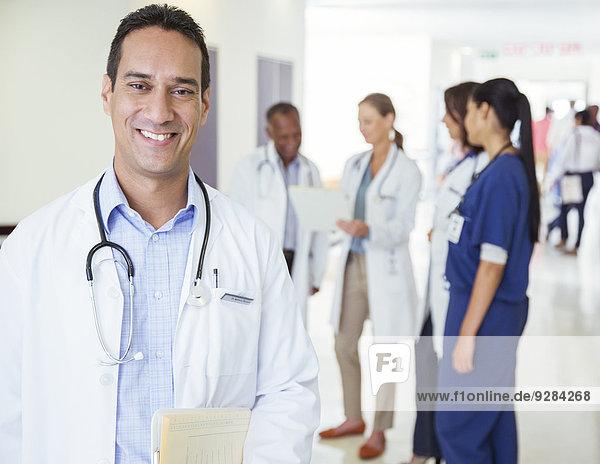 Arzt lächelt im Krankenhausflur