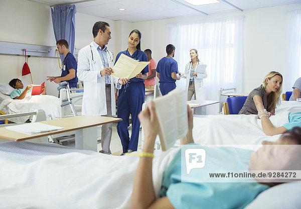 Ärzte  Krankenschwestern und Patienten im Krankenhauszimmer