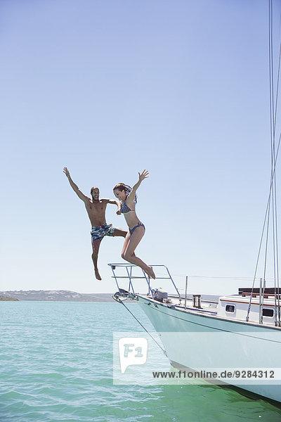Paar Sprünge vom Boot ins Wasser