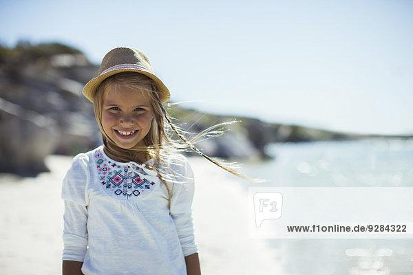 Junges Mädchen lächelt am Strand