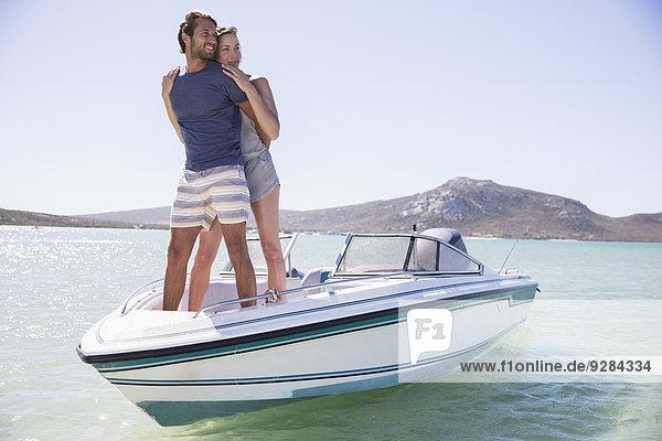 Paar steht zusammen auf dem Boot