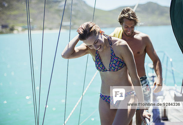 Paar steht auf dem Boot im Wasser