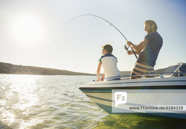 Vater und Sohn fischen auf dem Boot