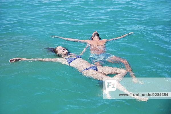 Gemeinsam im Wasser entspannen
