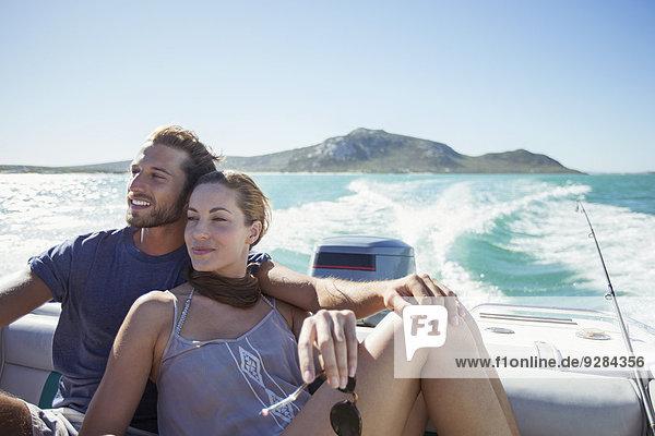 Paar sitzt zusammen auf dem Boot