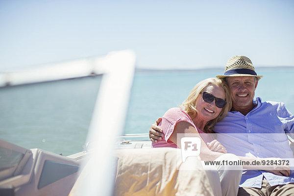 Paar im Boot auf dem Wasser sitzend