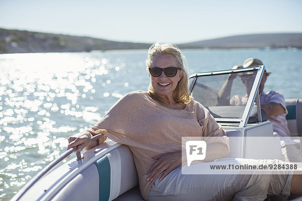 Ältere Frau im Boot auf dem Wasser sitzend