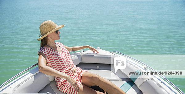 Frauen entspannen sich im Boot auf dem Wasser