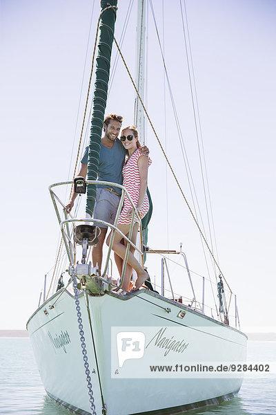 Paar vor dem Boot stehend
