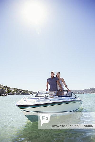 Paar steht zusammen im Boot