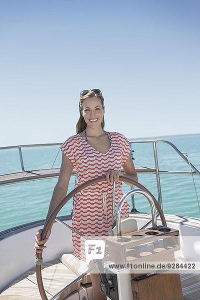 Frau steuert Segelboot auf dem Wasser