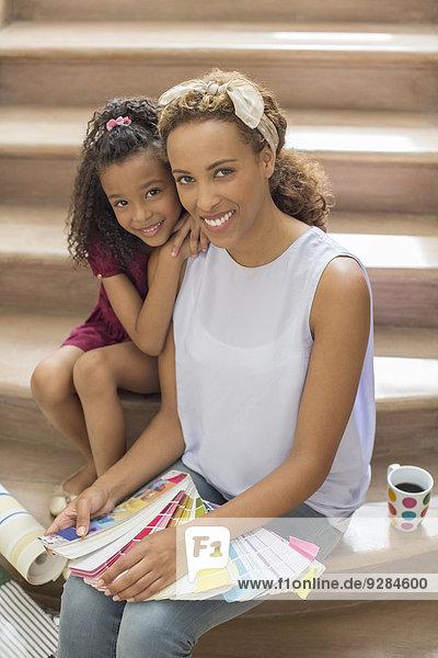 Mutter und Tochter schauen gemeinsam durch die Farbfelder