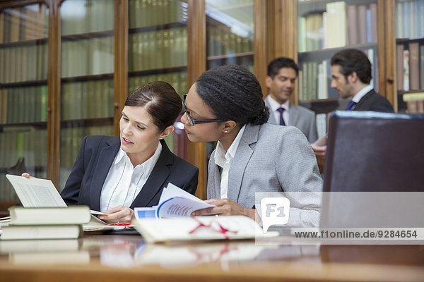 Anwälte im Gespräch in der Kanzlei