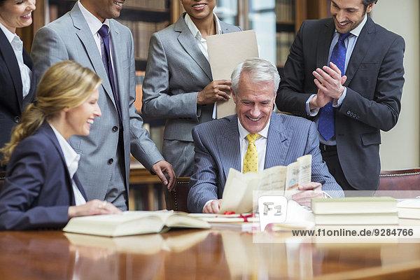 Rechtsanwälte bei der Prüfung von Dokumenten in Kammern