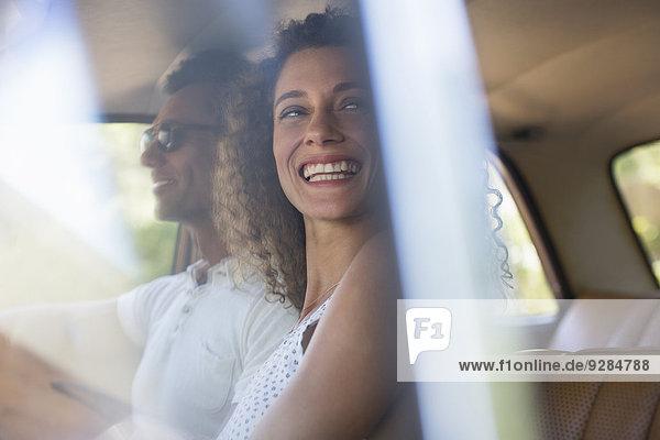 Frau mit Freund im Auto unterwegs