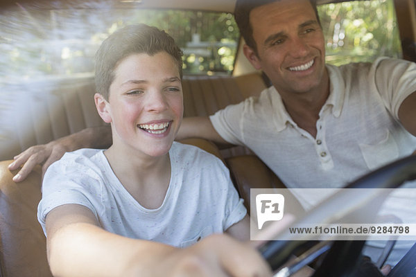 Vater lehrt den Sohn zu fahren