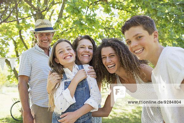 Lächelnde Familie beim gemeinsamen Spielen