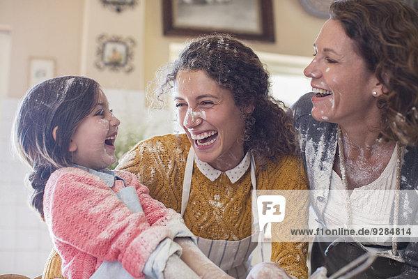 Drei Generationen von Frauen spielen in der Küche