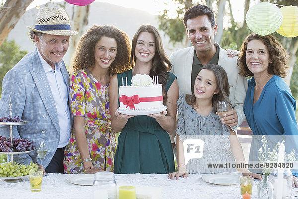 Familie feiert Geburtstag mit Kuchen