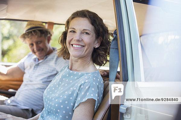 Älteres Paar sitzt auf dem Vordersitz des Autos