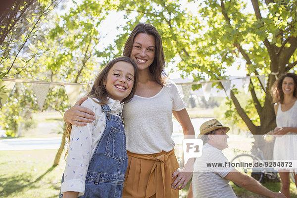 Mutter und Tochter umarmen sich beim Familienpicknick