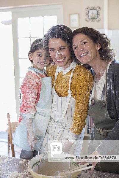 Drei Generationen von Frauen beim gemeinsamen Backen