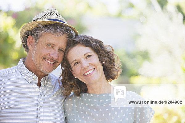 Ältere Paare umarmen sich im Freien