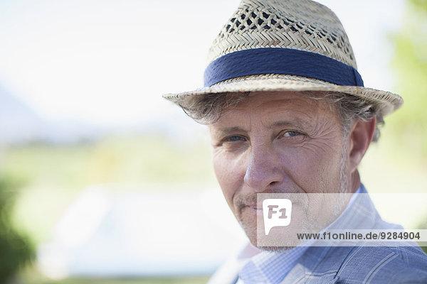 Älterer Mann lächelt im Freien
