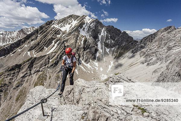 Bergsteiger beim Aufstieg über den Imster Klettersteig auf den Maldonkopf in den Lechtaler Alpen  Hochimst  Imst  Tirol  Österreich