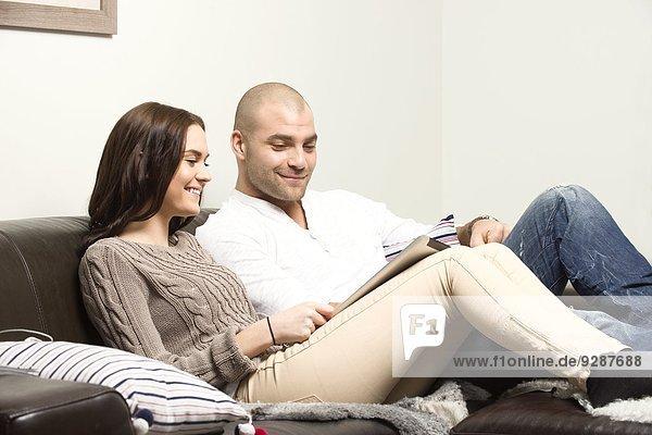 benutzen Couch jung Tablet PC