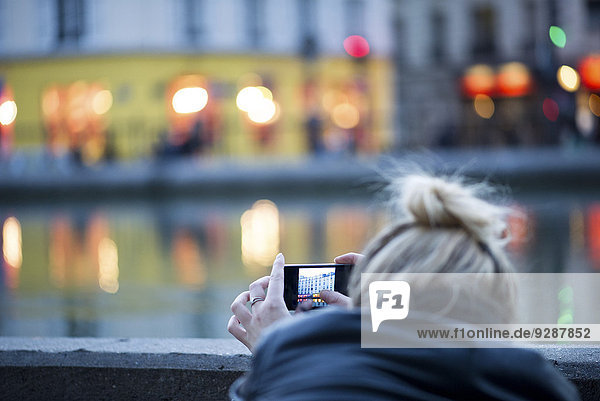 Frau fotografiert mit dem Smartphone Stadtszene