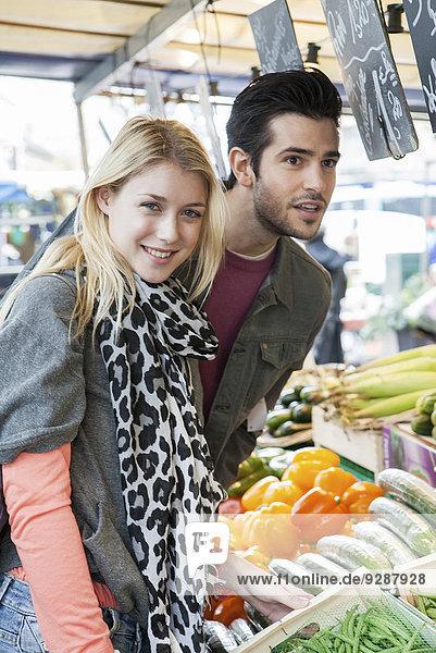 Junges Ehepaar beim Obst- und Gemüsehandel