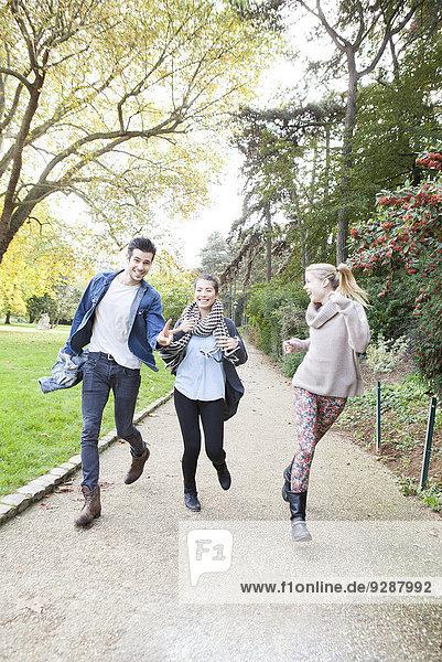 Freunde amüsieren sich gemeinsam im Park