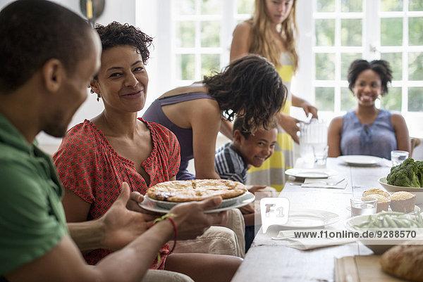 Frau Mann teilen am Tisch essen Gericht Mahlzeit Tisch