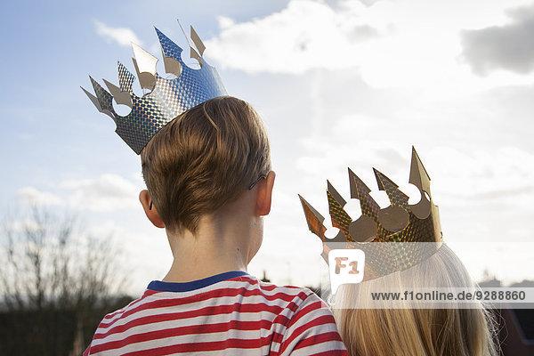 Zwei Kinder in Kostümen  die Kronen tragen. Zwei Kinder in Kostümen, die Kronen tragen.