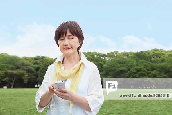 Senior Senioren Frau Erwachsener japanisch Smartphone