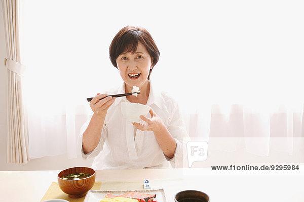 Senior Senioren Frau essen essend isst Erwachsener japanisch