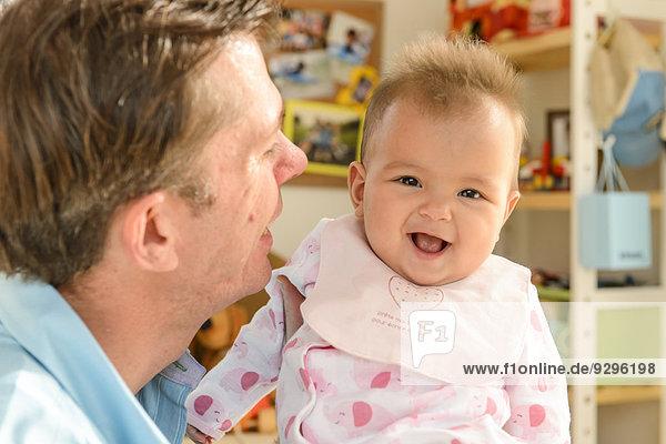 Neugeborenes neugeboren Neugeborene Wohnhaus Menschlicher Vater