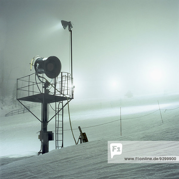 Ein Spotlight auf einem schneebedeckten Berg  Nahaufnahme
