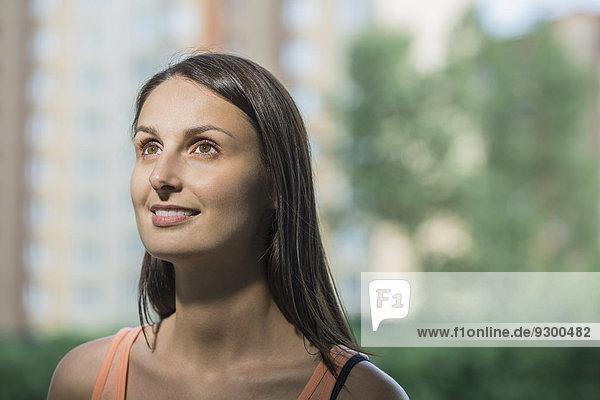 Nahaufnahme der nachdenklichen Frau im Freien