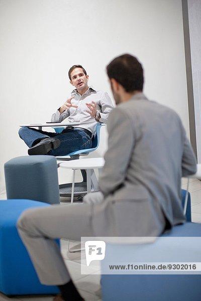 Männliche Kollegen sprechen im Amt