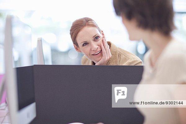 Weibliche Kollegen im Gespräch