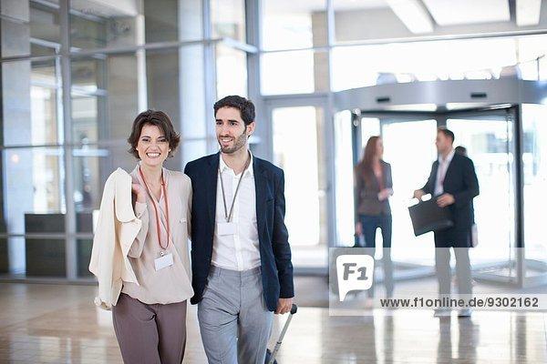 Junge Geschäftsleute bei der Ankunft im Konferenzzentrum