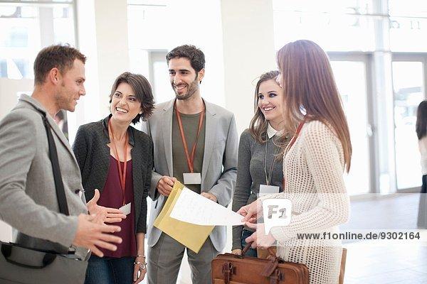 Treffen von Geschäftsfrauen und Geschäftsleuten im Atrium des Konferenzzentrums