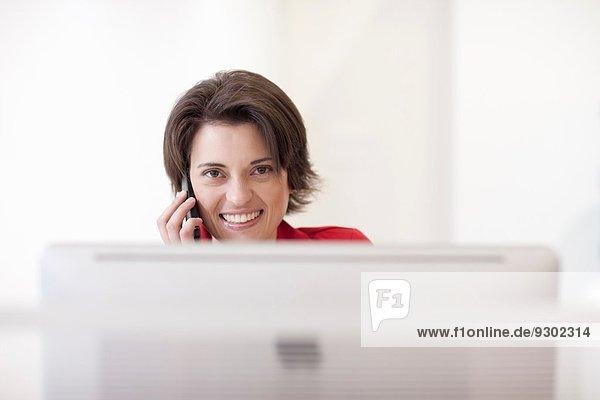 Büroangestellte am Handy
