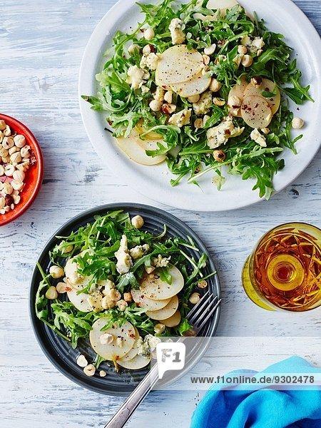 Frische Birne  Blauschimmelkäse und Haselnuss-Salat