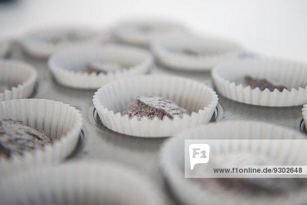 Nahaufnahme der Tassenkuchenmasse in Kuchenkästen