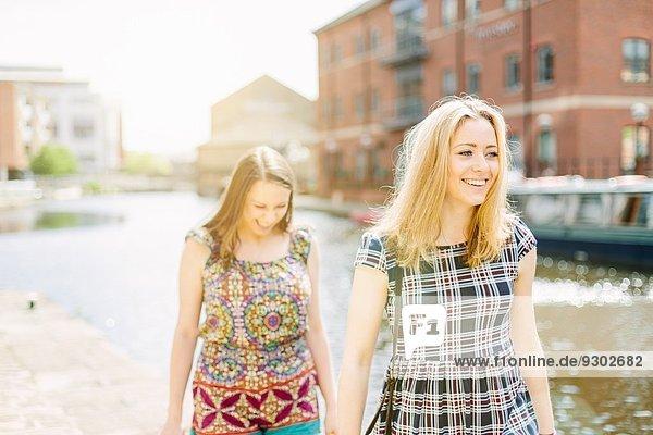 Freunde beim Wandern am Kanal  Leeds  England Freunde beim Wandern am Kanal, Leeds, England