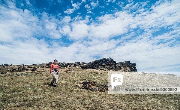 Junge erwachsene Frau beim Bergwandern